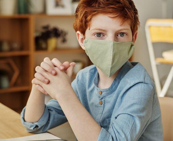Trucul viral al unui parinte pentru a obisnui copiii sa poarte o masca inainte de a se intoarce la scoala