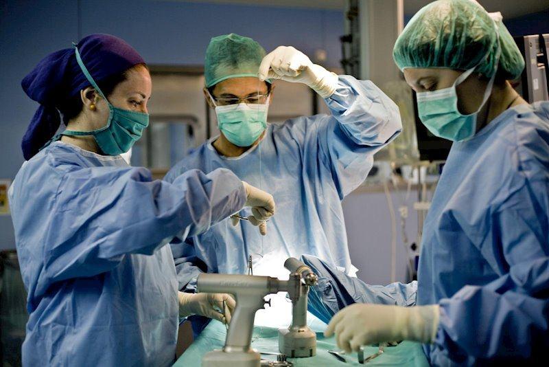 Un medic a scos uterul unei femei in locul placentei