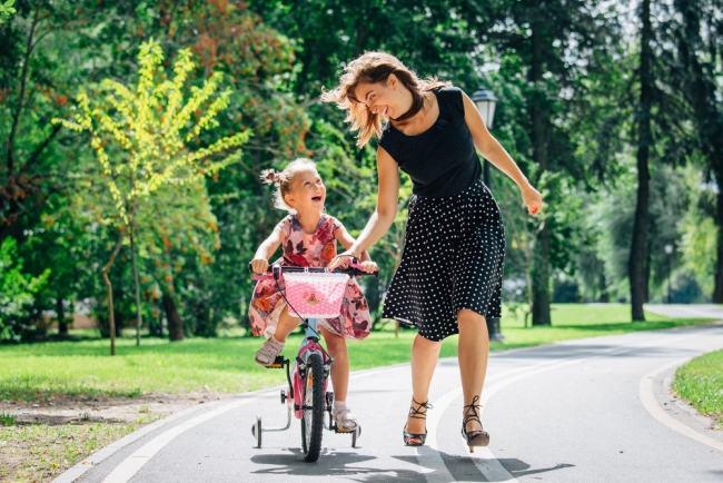 Cum iti inveti copilul sa mearga pe bicicleta fara roti ajutatoare