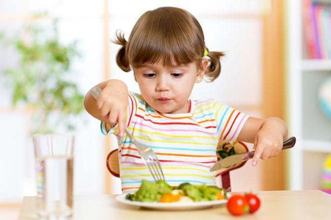 Copilul refuza anumite alimente? Cum sa-l faci sa manance de toate