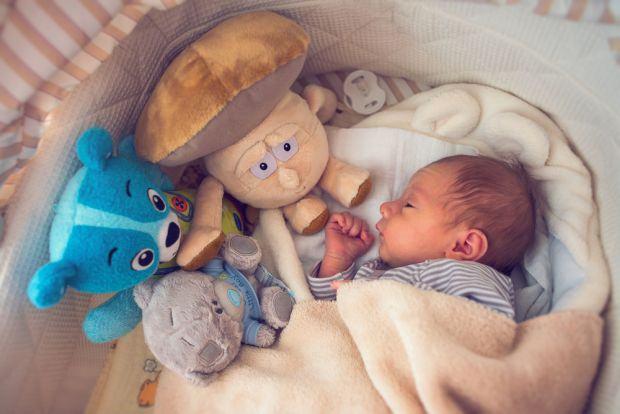 Vrei sa-l muti pe bebe in camera lui? Iata ce spun pediatrii despre asta si cum poti face transferul mai usor