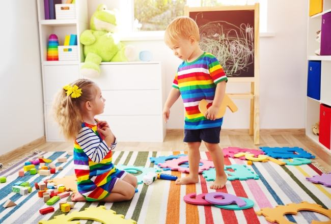 Montessori acasa: de ce sa nu iti fortezi copilul sa imparta