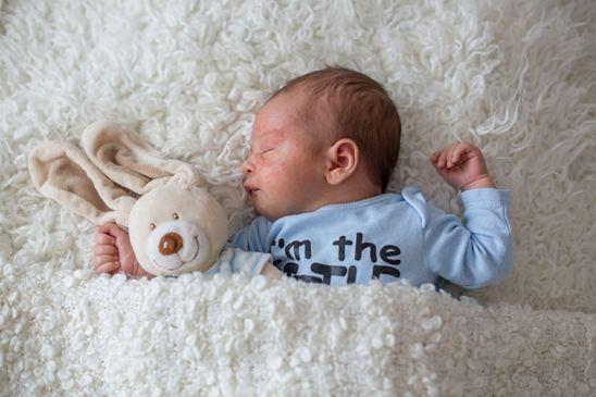 Pijamaua cu efect calmant Stelatopia de la Mustela, aliatul pentru un somn linistit al bebelusului