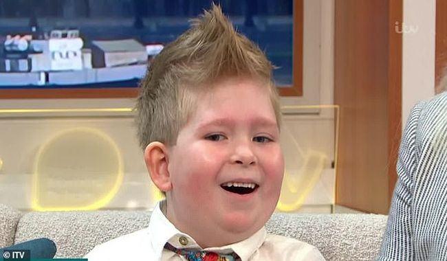 """Miracolul"" din viata unui baietel din Marea Britanie. S-a nascut cu doar 2% din creier si a dat peste cap pronosticul medicilor. A invatat sa numere si sa navigheze"