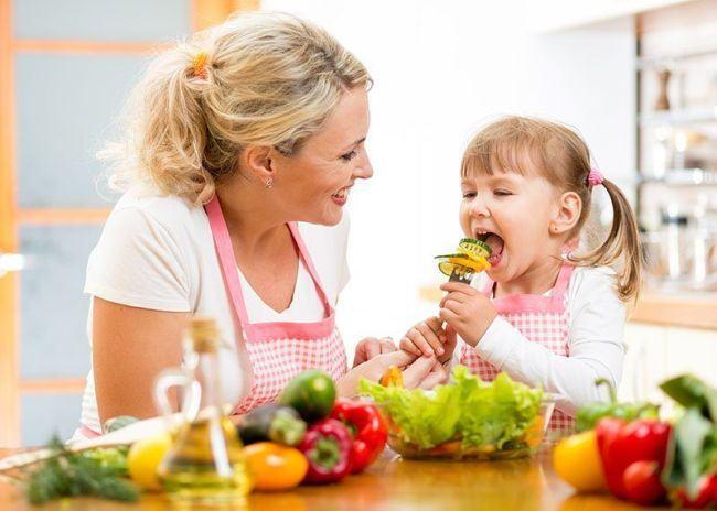 Ghid pentru parinti: Cum alegi cele mai sanatoase alimente pentru copii