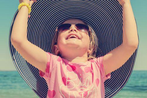 Cum alegi ochelarii de soare care sa-l protejeze pe micutul tau