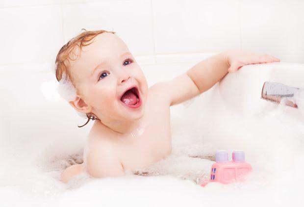 Cum protejezi ochii bebelusului in timpul baitei
