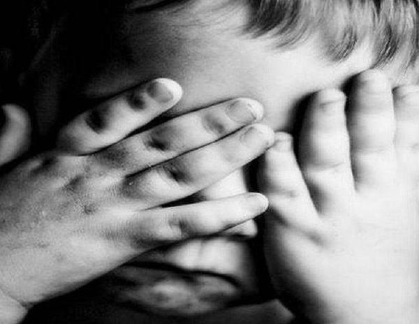 Un baietel de 5 ani a fugit de la bunici si a facut autostopul ca sa-si imbratiseze mama izolata in spital