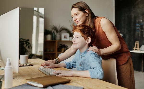 Parintii vor beneficia de zile libere platite in cazul in care copilul mai mic de 12 ani invata partial sau exclusiv online
