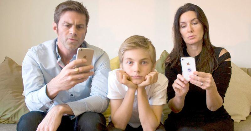 Te-ai intrebat cum se simte copilul tau cand te vede tot timpul cu telefonul in mana