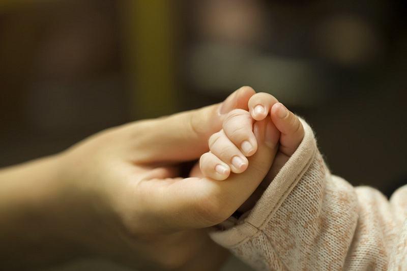 Cazul fetitei care are pielea ca solzii de peste. Parintii o spala cu inalbitor