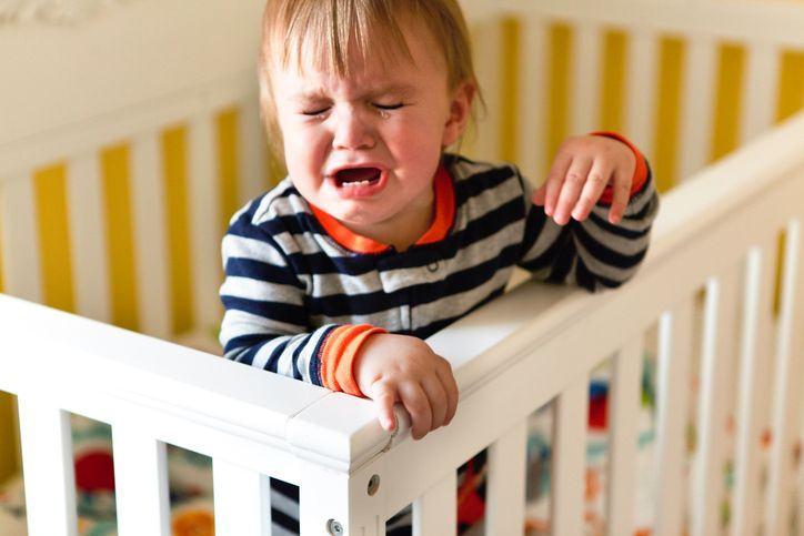 De ce se trezeste bebelusul plangand?