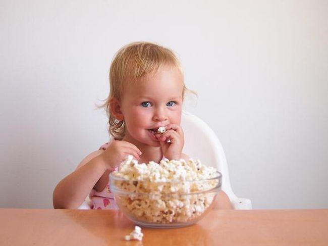 Avertismentul unei mame, dupa ce a fost la un pas sa-si piarda baietelul: Nu dati popcorn copiilor!