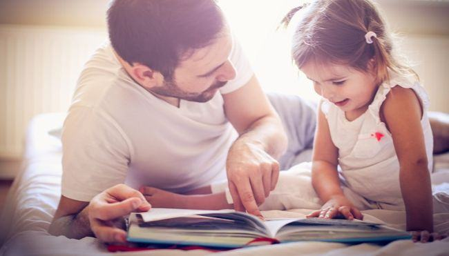 De ce trebuie ca tata sa citeasca copiilor povestea de seara? Propuneri de lectura pentru cei mici