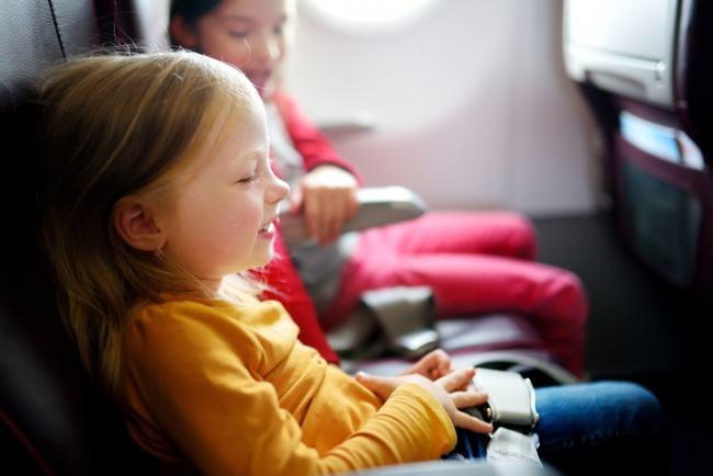 Prima calatorie cu avionul pentru copilul tau: sfaturi pentru un zbor linistit