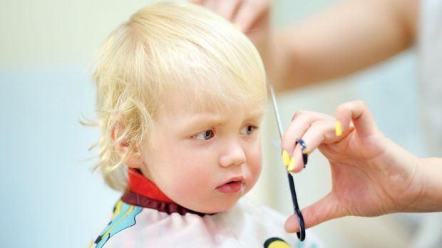 Sfaturi pentru ca prima vizita la frizer a copilului sa fie un succes