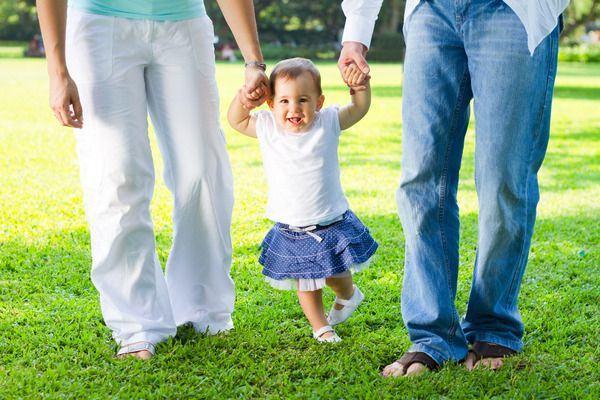 7 mituri despre primii pasi ai bebelusului