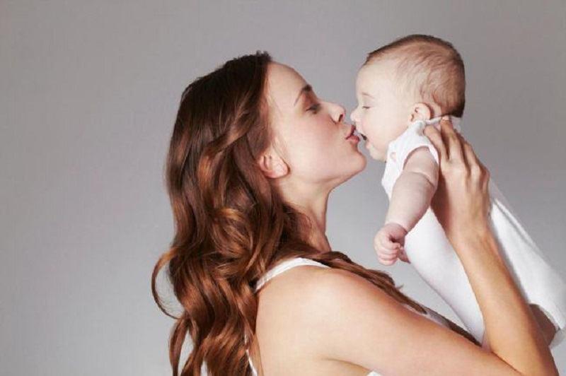 Inainte de a saruta un copil, GANDESTE-TE foarte bine! Ce a patit acest bebelus