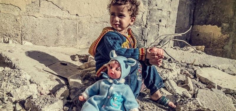 Tatal erou din Siria: si-a facut fiica sa creada ca zgomotul bombelor este amuzant, ca sa nu planga