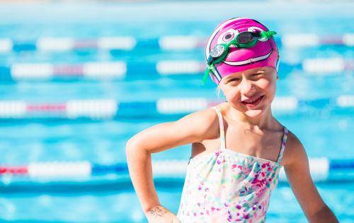 Reguli de securitate pe care trebuie sa le respectam cand mergem cu copiii la piscina
