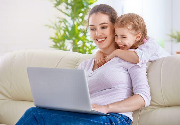 Cum ne influenteaza site-urile de socializare ca parinti