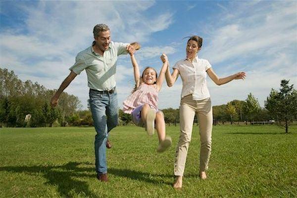 Iti ridici copilul de maini prin aer? Pare distractiv, dar riscurile sunt foarte mari