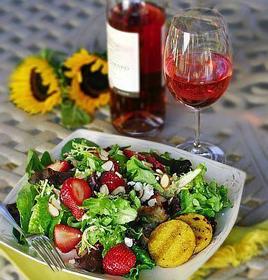 Salata cu feta, capsune si legume