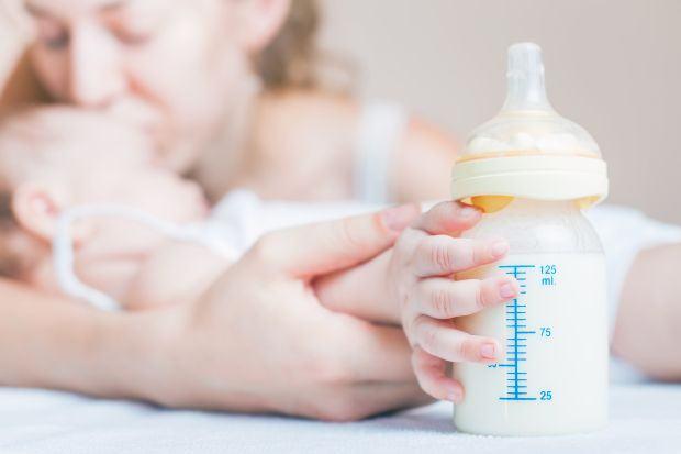 Scaunul bebelusului hranit cu lapte praf