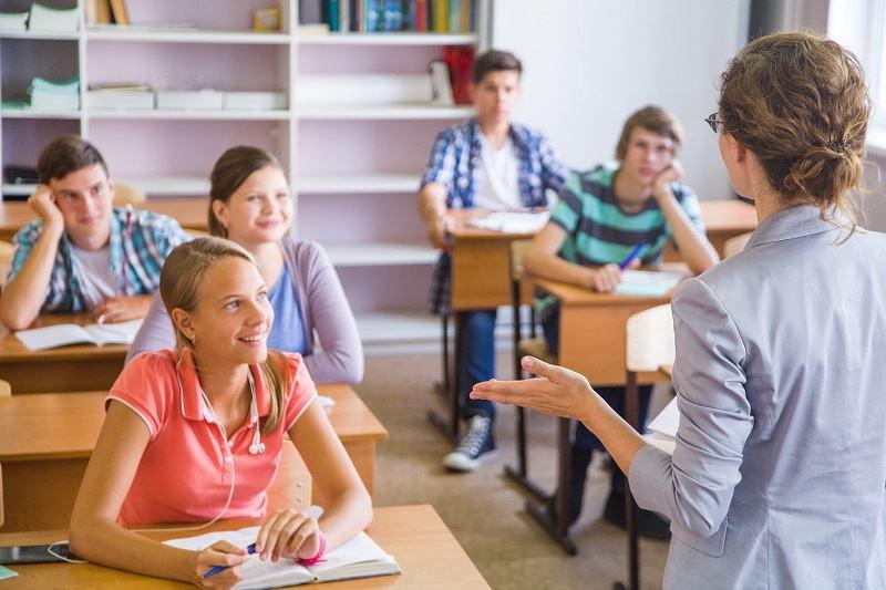 Studiu. Elevii laudati se concentreaza mai bine la ore decat cei care sunt criticati