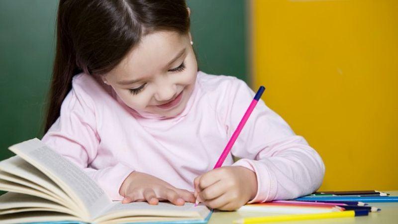 De ce copiii nu ar trebui sa invete sa citeasca si sa scrie inainte de 6 ani. Ce se poate intampla