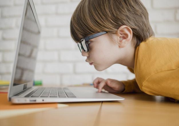 Cum sunt afectati ochii copiilor care stau mult timp in fata ecranelor