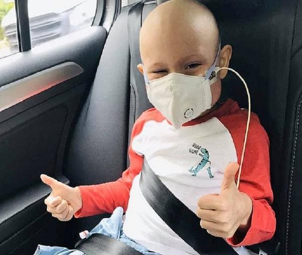A devenit erou. Un baietel de 6 ani s-a vindecat de leucemia cu care a luptat doi ani