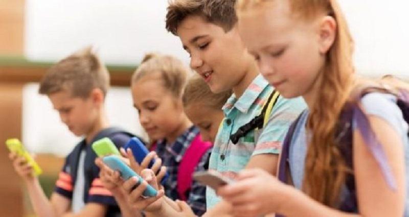 Psiholog, despre utilizarea telefoanelor de catre copii: Sistemul lor nervos este faultat de aceste radiatii