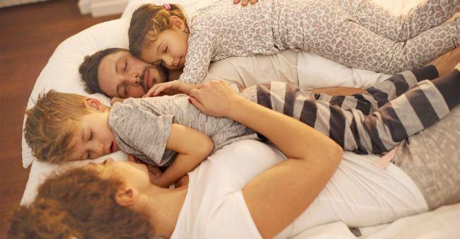 Studiul confirma: Copiii care dorm cu parintii vor fi adulti INTELIGENTI si INCREZATORI