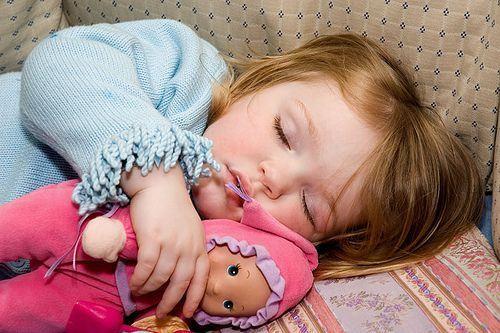 5 trucuri sa faci copiii sa doarma in patul lor