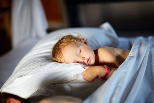 8 motive sa NU creezi o rutina de somn copilului