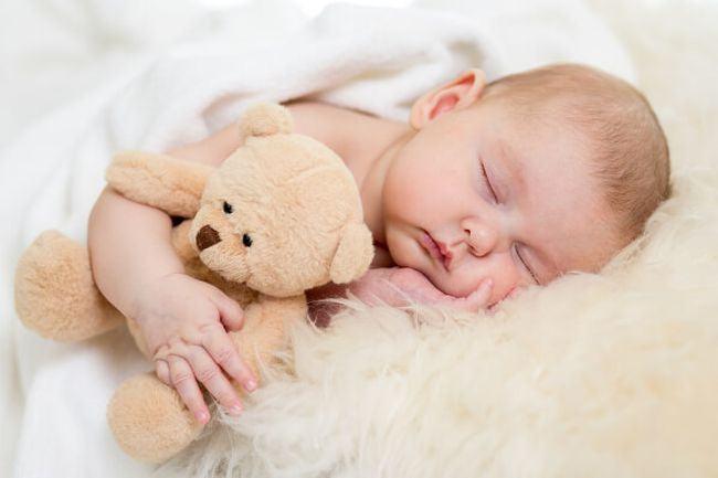Bebelusul nu doarme de seara pana dimineata? Iata motivul
