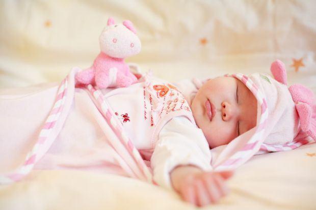 Bebelusul care tresare in somn, cauze si solutii
