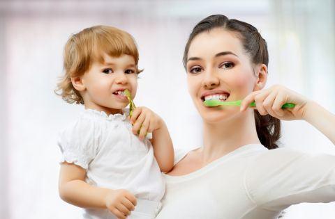 Invata copilul sa se spele singur pe dinti