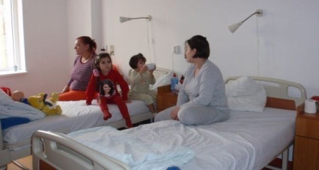 Parintii din Targu-Jiu, obligati sa plateasca o taxa daca vor sa stea cu copiii bolnavi internati in spital