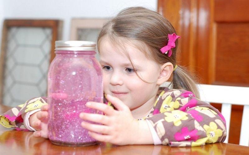 Sticla de calmare a Mariei Montessori pentru parinti si copii. Cum o folosesti