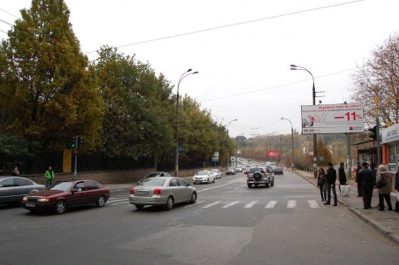 Video. O  mama cu fetita de mana a fost batuta de mai multe studente la Medicina, la Chisinau