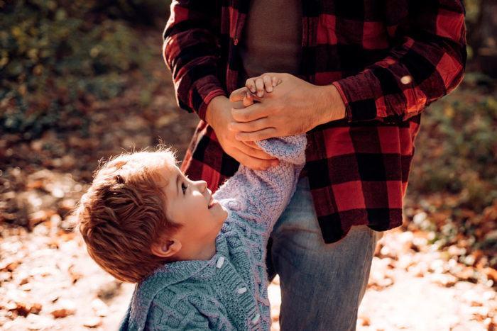 Ajunge cu rivalitatea: iubirea tatilor este la fel de puternica ca iubirea mamelor pentru copii