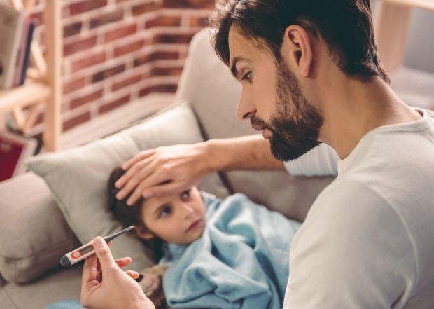 Sfaturi pentru tatici cand raman acasa cu copilul bolnav