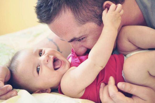 Bebelusii care petrec timp de calitate cu parintii lor invata mai repede, potrivit unui studiu