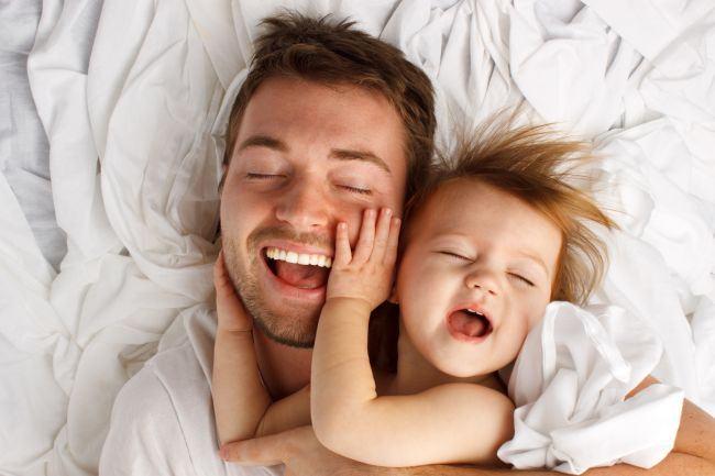 Studiu: De ce sunt tatii mai fericiti decat mamele