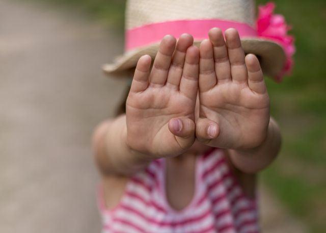 Siguranta copilului, cum si cand ii vorbesti despre straini?