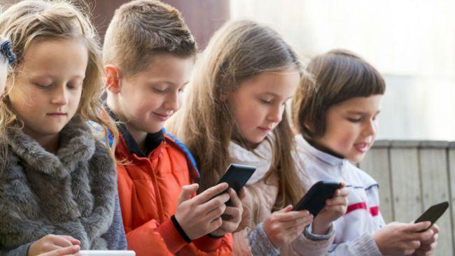 Un tatic a creat aplicatia care blocheaza telefonul copilului daca nu le raspunde parintilor