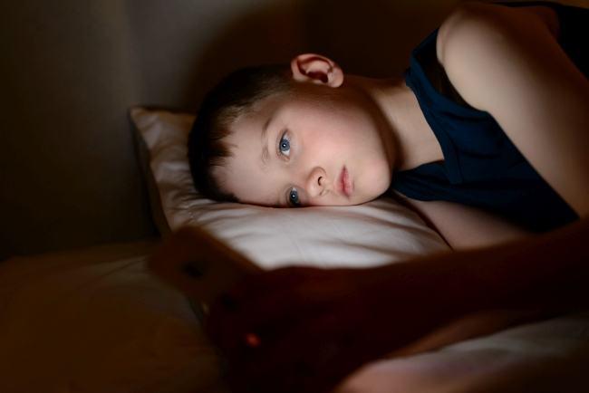 Cum ecranele telefoanelor si tabletelor strica vederea copiilor nostri