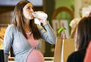 Cum sa eviti deshidratarea cand esti insarcinata si calatoresti